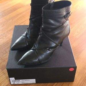Kenneth Cole It's A Date black leather boo…
